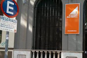 Zona de carga y descarga reservada en la puerta. Maldonado 1238, 11100 Montevideo